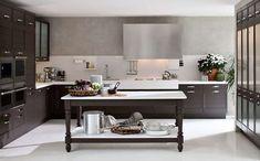 Abbinare il pavimento al rivestimento della cucina - Pavimento bianco e cucina in legno scuro