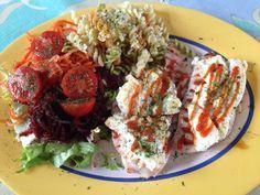 2 filetes de pechuga de pavo con un trozo de tortilla de claras sobre cada uno. Ensalada con remolacha y zanahoria ecológica, con tomates cherry. Pasta cocida.