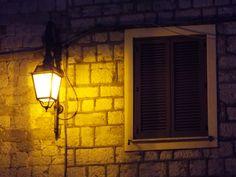 Lampione di una casa #streetlamp #old #home #house #abruzzo #italy #2017 #photo #night