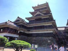 日本中がとても暑くなる中松本城を見に行った城の中はエアコンが無いのでとても暑かったが銃を撃つ窓からの風がとても心地良かった#matsumotojo #heating #nagano #matsumoto