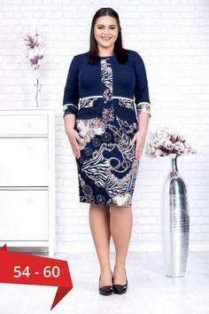 Rochie marime mare Damira culoare bleumarin cu imprimeu floral. Rochia Damira are aspectul si caracteristicile asemanatoare unui compleu de dama format din 2 piese. Partea de bust are aspectul unui sacou cu maneci trei sferturi cu mansete care lasa la vedere rochia.   Colectia: rochii marimi mari  Stil: rochie cu aspect de compleu bleumarin cu imprimeu Material: scuba crep uni si jerse imprimat Rochii marimi mari 54, 56, 58, 60
