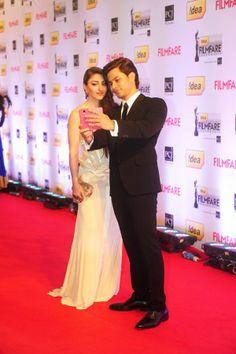 Soha Ali Khan and Kunal Khemu take a selfie on the red carpet Filmfare Awards 2014 Inspiration 3.