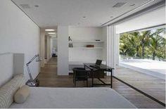 Iporanga: Isay Weinfeld. Quarto Minimalista Branco. Piso e Mobiliário em Madeira