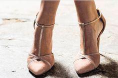 e5f62c3f 8 mejores imágenes de Zapatos   Brudklänningar, Bröllopsskor y ...