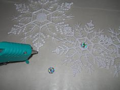 Here's a fun and quick project to add to your holiday decor this year. This simple snowflake wreath.        I had had these snowfla...