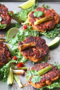 Spicy lakseburgere - raskt og lett å lage. For denne og andre lignende oppskrifter, besøk bloggen Mat på Bordet.
