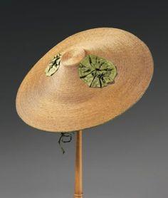 Rare chapeau Bergère, vers 1760. Large chapeau conique à petite calotte en fine paille naturelle cousue très serrée par un fil de lin, deux larges rosettes de taffetas vert émeraude ornent les cotés, doublure soie plissée (très bel état). Ce type de chapeau, semblable à celui que porte Mary, comtesse Howe dans le portrait qu'en fit Gainsborough fut d'abord adopté par la haute société anglaise avant être mis à la mode en France sous l'impulsion de Marie Antoinette