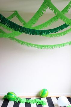 Quick and Easy Tunnel Fringe Garland — Hank and Hunt Party Crafts. Ideal for a jungle themed birthday party or baby shower