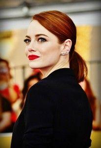 CLASSIC AUBURN: Ωραίο το make-up χωρίς αμφιβολία, γιατί η Emma Stone ξέρει να τονίζει τα πράσινα μάτια και τα μεγάλα χείλη της, αλλά τα μαλλιά της είναι αυτά που είναι εντυπωσιακά. Η Emma έχει πετύχει την τέλεια καστανοκόκκινη απόχρωση του Auburn σε σκούρο τόνο και της ταιριάζει λόγω του λευκού της επιδερμίδας της.
