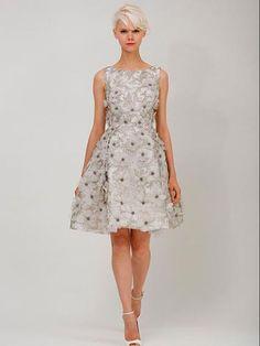 Vestido corto para invitadas cuello bandeja con detalles de flores en relieve