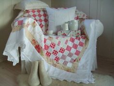 Mia's Country Living: The Christmas Quilt Beautiful Christmas quilt incorporating vintage linen.  Love it!