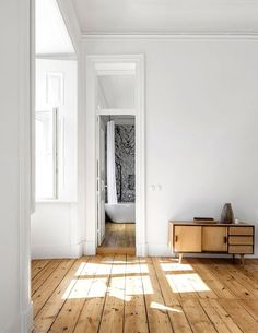 Sunny and spacious NANA apartment from rar.studio - decoration house - Sunny and spacious NANA apartment from rar. Natural Wood Flooring, Wooden Flooring, Flooring Ideas, Laminate Flooring, Hardwood Floors, Interior Architecture, Interior And Exterior, Modern Interior, Casa Milano