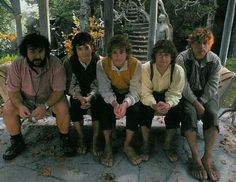 Peter Jackson and the hobbits. Frodo looks adorable, Sam looks slightly grumpy, and Merry and Pippin look like. well, Merry and Pippin. The Hobbit Movies, O Hobbit, Scene Image, Scene Photo, Fellowship Of The Ring, Lord Of The Rings, Merry And Pippin, Lotr Cast, Concerning Hobbits