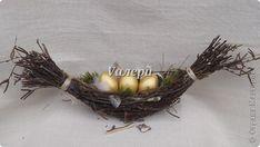 """Вот такое гнездо захотелось мне смастерить, в форме ладьи. Ветки стянула шпагатом, дно устелено сеном и мхом, добавлены кусочки бересты и перышки.  Его размеры ок. 40 х 20 см. Помещается в него 3 больших яйца, а также """"перепелиные"""" яйца, которым тоже в этом гнезде уютно) фото 1"""
