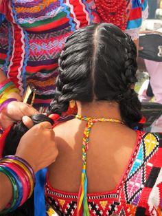 Haciendo trenzas. Oaxaca