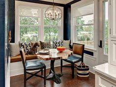 Sitzecke in der Küche mit attraktivem Baumstamm-Esstisch