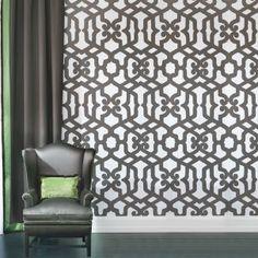 Alhambra est un papier peint audacieux aux arabesques d'inspiration mauresque à grand rapport. Ignifuge et facile à poser et à entretenir.