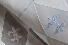 Toalhas de mão em linho e organdy bordadas com ponto francês, ponto sombra e caseado unha.
