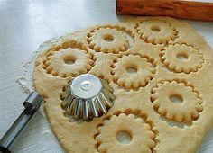Быстрое песочное тесто-needs translation, but I like the method of cutting. Biscuit Cookies, Yummy Cookies, Cake Cookies, Cupcakes, Russian Desserts, Russian Recipes, Pie Recipes, Cookie Recipes, Dessert Recipes