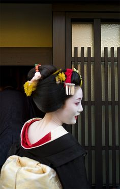A blog about the maiko and geiko of Kamishichiken - Maiko Naosome wearing yakko…