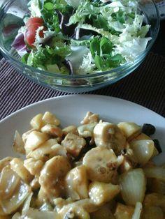 Comida saludable Ensalada variada con tomatitos cherrys Pollo al curry con cebollita, manzana y platano
