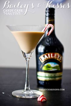 Baileys and Kisses Candy Cane Martini - Sweet Cs Designs Party Drinks, Cocktail Drinks, Fun Drinks, Yummy Drinks, Cocktail Recipes, Alcoholic Drinks, Baileys Drinks, Baileys Recipes, Cocktail Desserts