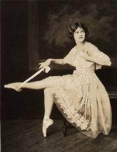 vintagegal:  Ziegfeld Follies girl Lora Foster 1920's