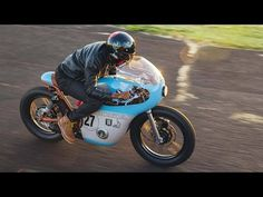 It was a long, hard road for Anthony Scott to build this Honda cafe racer racer, but the result is extraordinary. Cb550 Cafe Racer, Inazuma Cafe Racer, Cafe Racer Helmet, Cafe Racer Girl, Cafe Racer Bikes, Cafe Racer Motorcycle, Motorcycle Gear, Cafe Racers, Motocross Bikes
