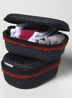 A handy panty case with polka dots that will keep you organized wherever you go. Brand: Elegance - Brazil