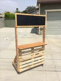 Diy lemonade stand on wheels using a pallet diy kids lemonade stand Kids Lemonade Stands, Wedding Lemonade Stands, Pallet Projects, Diy Projects, Diy For Kids, Crafts For Kids, Hawaiian Party Decorations, Homemade Tea, Farm Stand