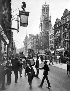 U.K. Street scene, Fleet Street, London, 1920s // by George Davidson Reid