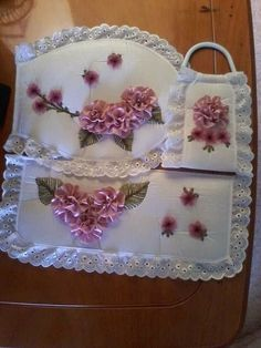 flores de listón - Buscar con Google                                                                                                                                                     Más Tambour Embroidery, Silk Ribbon Embroidery, Hand Embroidery Patterns, Bathroom Crafts, Bathroom Sets, Ribbon Art, Ribbon Bows, Diy Y Manualidades, Embroidery For Beginners