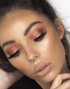 12 Winter Eyeshadow Looks To Slay This Holiday Season These winter eyeshadow looks are great for the upcoming season and holidays! Check out these winter eyeshadow makeup looks! 12 Winter Eye Shadow Looks To Slay This Holiday Season Beauty Make-up, Beauty Hacks, Beauty Tips, Beauty Care, Beauty Women, Makeup Inspo, Makeup Inspiration, Makeup Ideas, Makeup Hacks