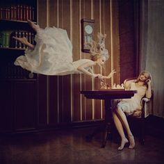まるで夢の中のよう。浮遊感溢れるガーリーでドリーミーな写真シリーズ「distorted gravity」   ARTIST DATABASE/アーティストデータベース