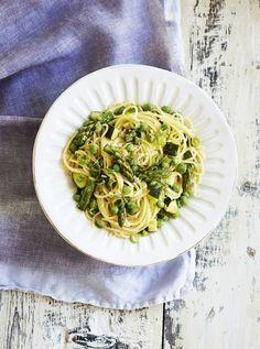 Kasviksilla ja sitruunalla höystetty pasta primavera on italialainen klassikko ja herkullinen kasvisruoka