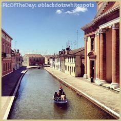 La #PicOfTheDay #turismoER oggi naviga nei canali di #Comacchio. Complimenti e grazie a @blackdotswhitespots