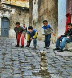 List of top 10 childhood games played in India. Childhood games are always memorable and here you can find a list of indian games which we play in childhood Childhood Memories Quotes, Childhood Games, Village Photography, Children Photography, Art Village, Indian Village, Foto Picture, Kids Around The World, Traditional Games