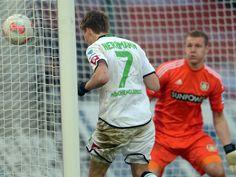 Der Gladbacher Patrick Herrmann (l) erzielte per Kopfball in der 86. Minute den Ausgleich zum 3:3 gegen Leverkusen. Keeper Bernd Leno war chancenlos. (Foto: Federico/dpa) Gambarini