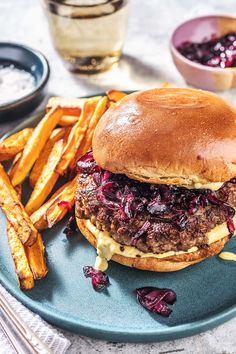 Our creation for dinner tonight is the Retro Burger. Caramelized onions, cheddar cheese, flavourful buns and perfectly packed patties. Enjoy each bite of this juicy burger recipe, perfect for all seasons! Burger Recipes, Beef Recipes, Healthy Recipes, Mexican Recipes, Healthy Food, Hello Fresh Recipes, Hello Fresh Meals, Date Night Recipes, Dinner Recipes