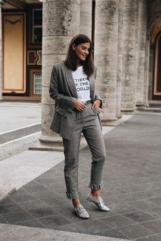 Nina Schwichtenberg trägt einen legeren grauen Hosenanzug mit Statement Shirt und silbernen Halbschuhen von Miu Miu. Mehr auf www.fashiioncarpet.com