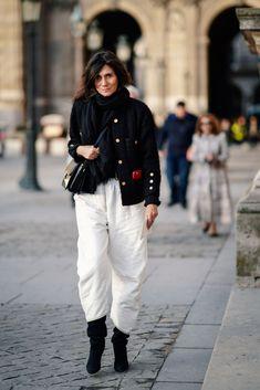 Emmanuelle Alt wears a military jacket with buttons, white pants,. Fashion Week Paris, Vogue Paris, Mädchen In Uniform, Emmanuelle Alt Style, Parisian Chic Style, Anna, Couture Week, Vogue Fashion, White Pants