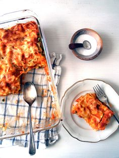 I've made this lasagna as a way to deal with some vegetables rests I still had in my fridge, things like a broccoli stem, half a cauliflower and a few shriveled carrots. I don't like throwing away food so my recipe notebooks are full with these kind of rec