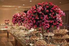 Arranjos rosas na mesa de doces