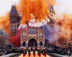 Rood-wit-blauw en oranje gekleurd vuurwerk wordt ontstoken tijdens de heropening van het Rijksmuseum