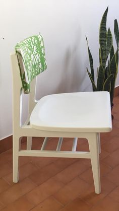 Tapizar una silla - la intencion positiva Stool, Chair, Furniture, Home Decor, Old Chairs, Vintage Fabrics, Fabric Scraps, Recliner, Homemade Home Decor