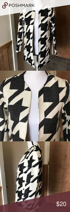 """Paper Crane Houndstooth Open Jacket Size S Paper Crane Black/Creme Houndstooth Open Jacket- 2 pockets ( Right side of Jacket There is a line going down the back, bought it this way so not sure if that's normal in their products) other than that it's in Excellent Condition.  Size S  100% Polyester  Pit to Pit 16.5"""" Length Shoulder to Hem 29.5""""  * Except Reasonable Offers** No Trades*  B42 Paper Crane Jackets & Coats"""