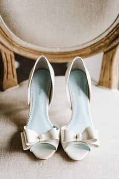 Classic bow pumps: http://www.stylemepretty.com/massachusetts-weddings/topsfield/2016/07/13/whats-black-white-and-chic-all-over-this-wedding-inspiration-shoot/ | Photography: Annmarie Swift Photography - http://annmarieswift.com/
