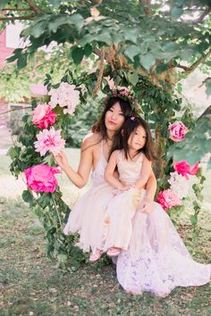 Book a mommy daughter, maternity or portrait photo session today with my flower swing.
