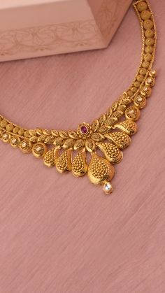 A scintillating array of handcrafted textures adorn the AZVA necklace Gold Earrings Designs, Gold Jewellery Design, Gold Haram Designs, Indian Gold Necklace Designs, Simple Necklace Designs, Handmade Jewellery, Indian Jewelry Sets, Indian Jewelry Earrings, Indian Gold Jewellery