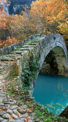 Kleidoniavitsas Bridge a lovely footbridge in Ioannina, Epirus, Hellas. The bridge Kleidoniavitsas was built in 1853 from Baltzik or Malik Khanum Pasha and resulted 37000 piastres. bridge from the successful integration of a beautiful. Old Bridges, Covered Bridges, Belle Photo, Wonders Of The World, Places To See, Paths, The Good Place, Beautiful Places, Romantic Places